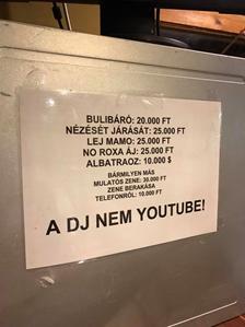 Szórakozóhelyen felragasztott árjegyzék az alábbi megjegyzéssel: 'A DJ nem YouTube!'