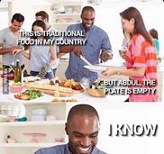 Kép: Afroamerikai férfi beszélget üres tányérral kezében. Felirat: This is traditional food in my country; but Abdul, the plate is empty; I know