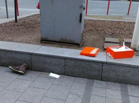 Elhagyott cipősdoboz, közelében egy cipő