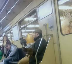 Férfi ragadozó madárral a metrón