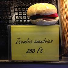 Szendvics az alábbi árfelirattal: 'Zsemlés szendvics 250 Ft'