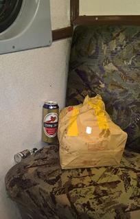 Metró ülésén otthagyott sörösdoboz és gyorséttermi zacskó