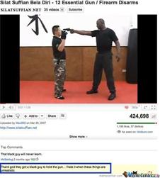 Kép: Video lefegyverezésről, afroamerikai férfi fogja a pisztolyt. Video alatt az alábbi komment kiemelve: 'Thank god they got a black guy to hold the gun... I hate it when these things are unrealistic'